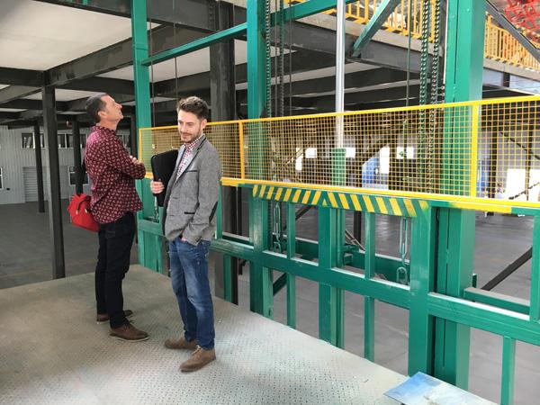 带铁网护栏门导轨式升降货梯液压升降机平台四川升降机